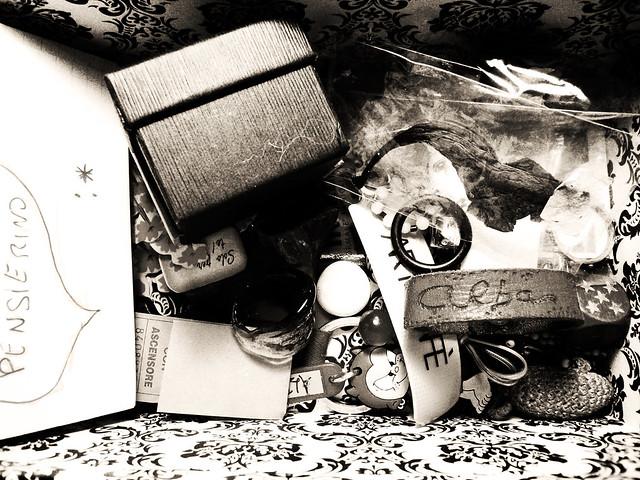 Interno di una scatola con tanti ricordi dentro