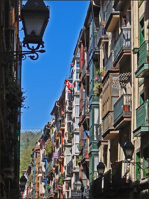 Maisons de la vieille ville de bilbao une des 7 rues de for Piscine bilbao