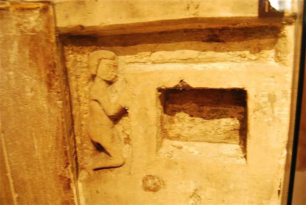 Kneeling prisoner carved into wall, Beauchamp Tower, Tower ...
