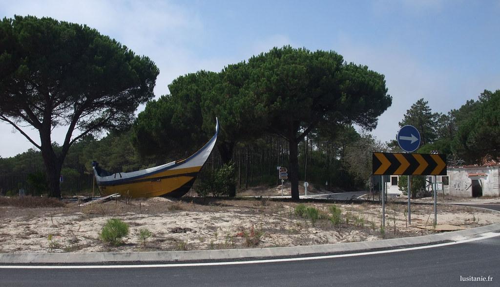 Bateau de pêcheurs ornant le rond point : on est à Praia de Mira