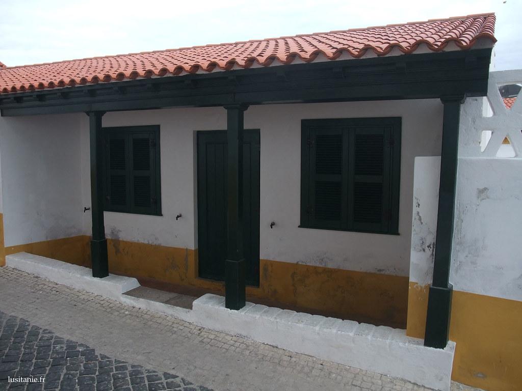 Maison et piliers en bois