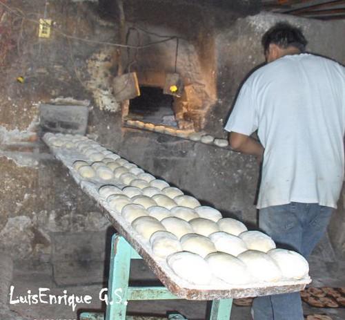 Metiendo el pan al horno le a luis enrique g mez s nchez - Fotos hornos de lena ...