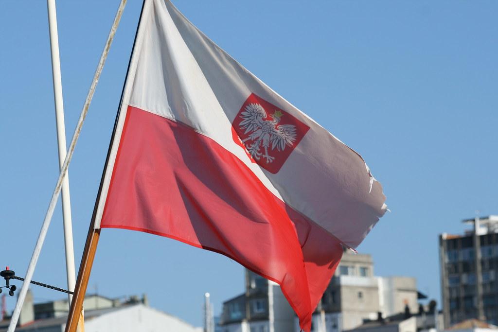 Bandera Polaca Izada En La Popa Del