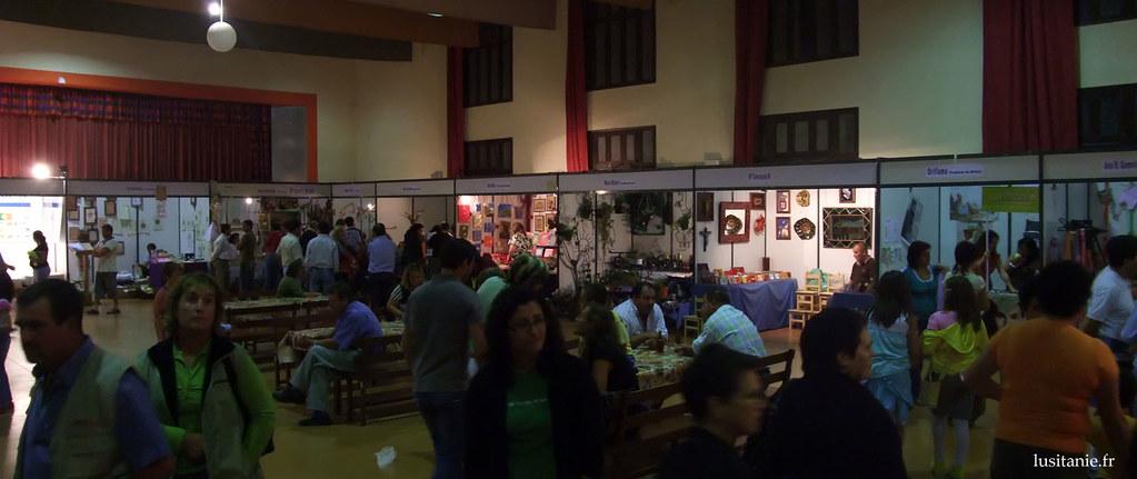 A lintérieur du grand salon de la paroisse, plusieurs associations et artisans montrent leurs activités. Les commerces plus traditionnels ont aussi leur place, comme chaque année nous avons le droit au vendeur de matelas, par exemple.