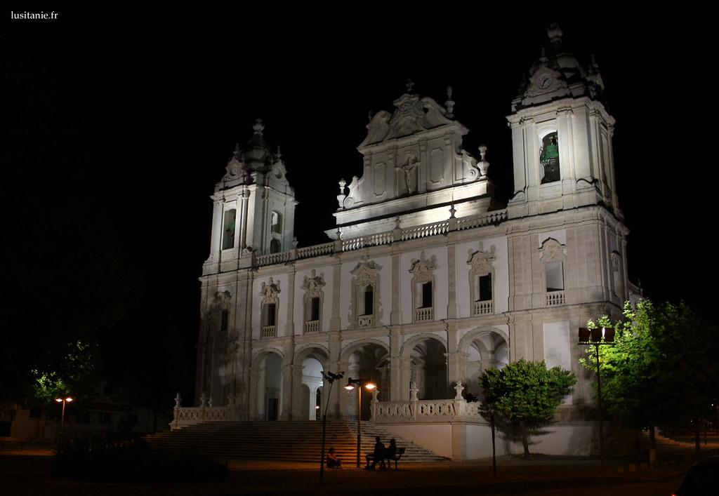 La façade baroque est superbe, toute de blanc vetue