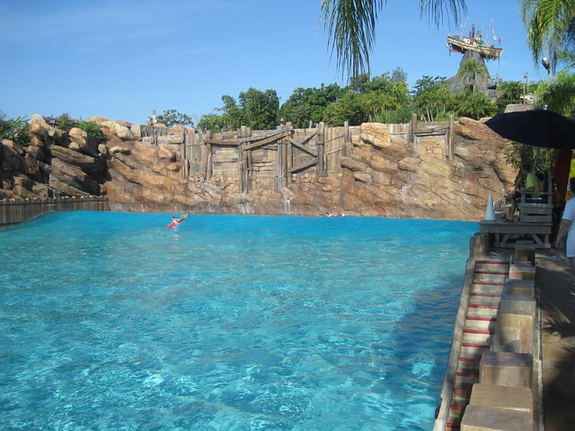 The biggest outdoor wave pool in the world typhoon lagoo for Biggest outdoor pool