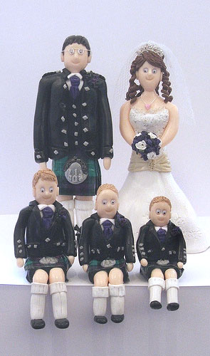 wedding cake toppers kilt wedding cake toppes family in kilts a wedding cake 8831