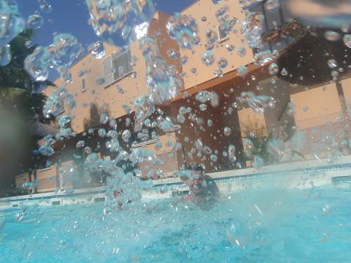 Agua en la piscina recibiendo agua en la piscina en las for Agua de la piscina turbia
