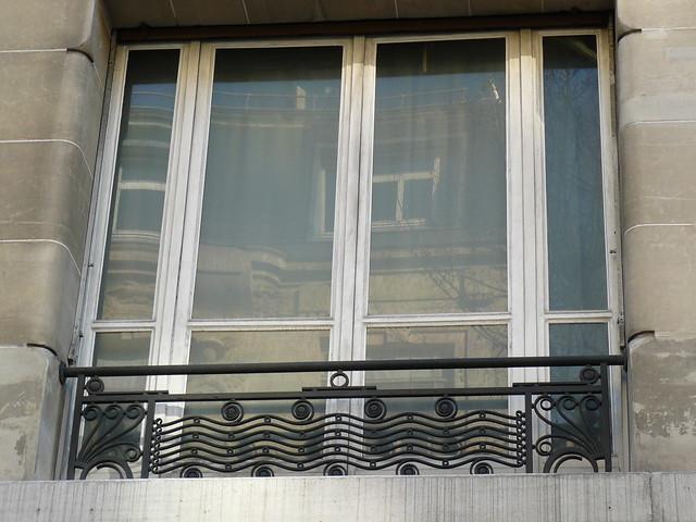 Paris boulevard raspail fen tre d 39 immeuble et sa grille for Fenetre fer forge