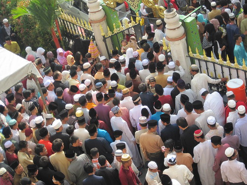 Crowd leaving Sultan Mosque, Singapore | by Rudy Herman