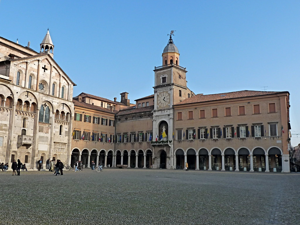Piazza grande modena since the middle ages only minor for Modena piazza grande