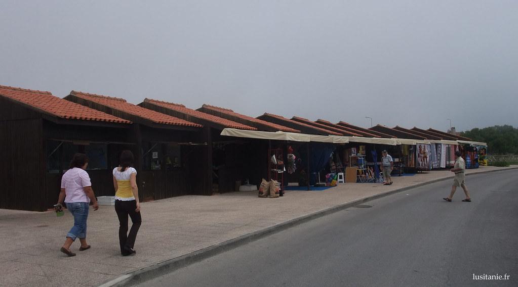 Le marché de la plage, construit dans les règles de l'architecture locale