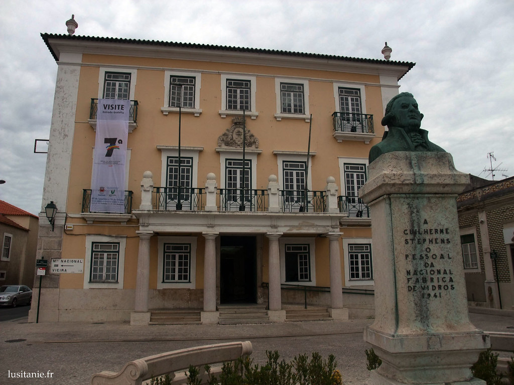 Mairie de Marinha Grande et buste de William Stephens