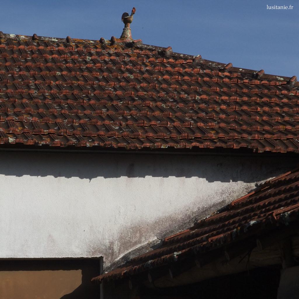 Epi de faitage : un joli coq en terre cuite trône le haut du toit