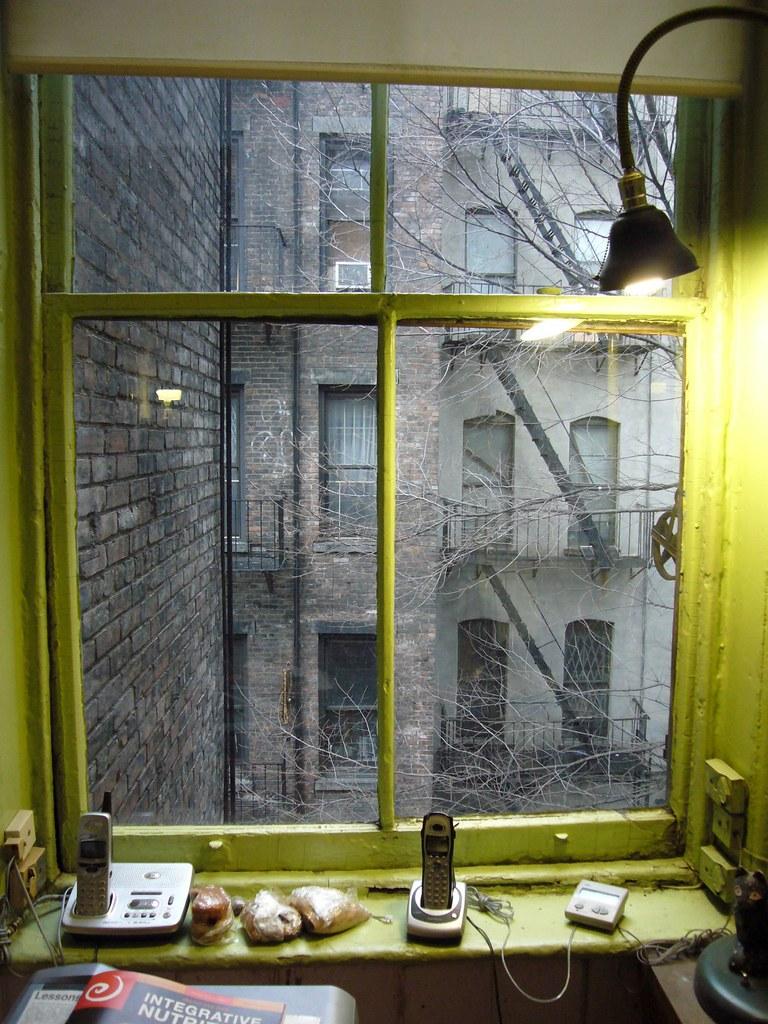 New york east village finestra sul cortile luciano for Finestra new york