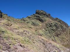 Au col intermédiaire : Capu Ucellu (noter la cuvette sous le Pas des Bergères en bas à droite)
