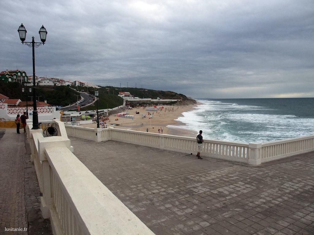 Promenade en bord de mer, sur la balustrade