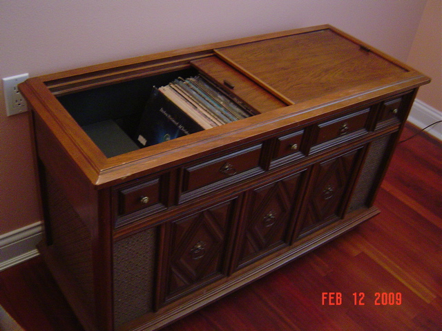 Antique Magnavox Stereo Vinyl Record Player Console 150