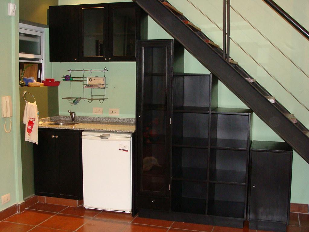 Mueble bajo escalera y alacena mueble realizado con la for Mueble bajo escalera