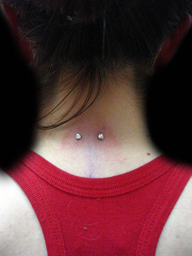 surface piercing cuello pupa tattoo granada