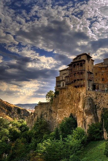 Cliff hanging houses of cuenca for Cliff hanging homes