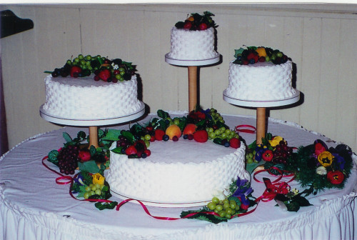 round wedding cakes decorated with flowers