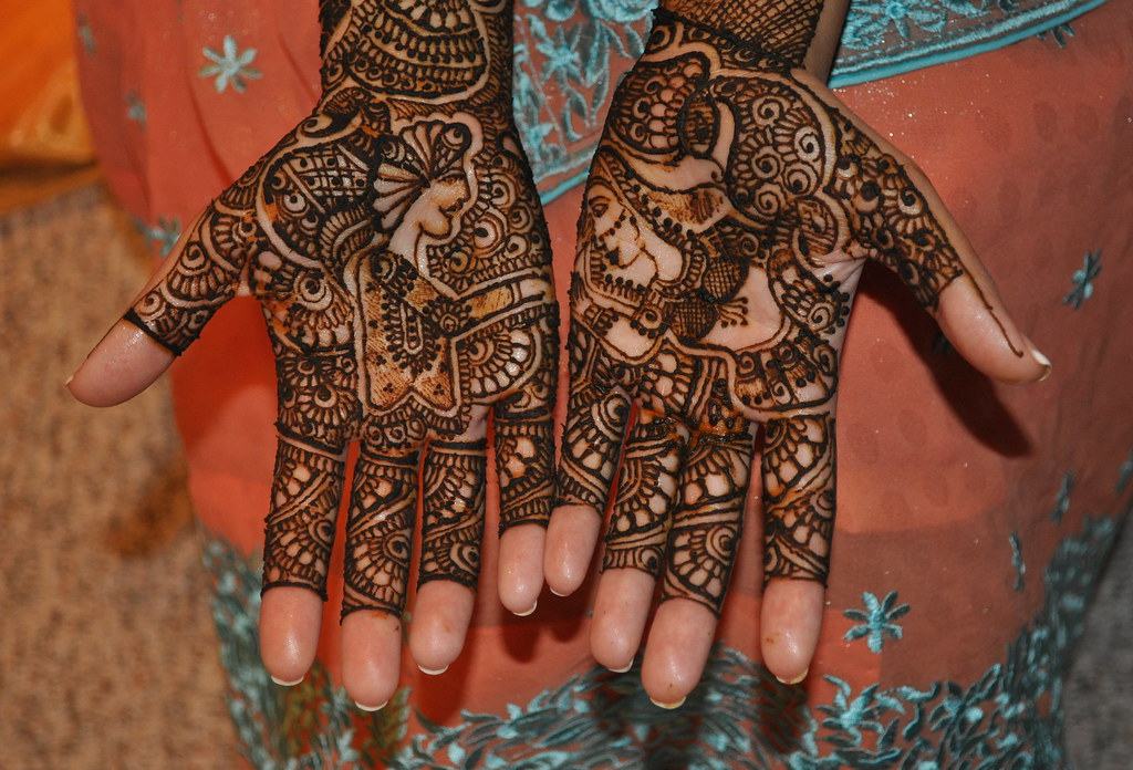 Mehndi Hands With Mobile : Dulha dulhan bridal mehndi if you look closely the