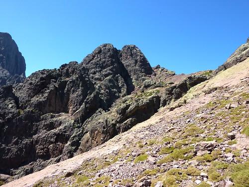 En montant à Serra Pianella : Deux Soeurs et Pointe Lejosne, col de Serra Pianella depuis un col intermédiaire plus bas que la voie normale