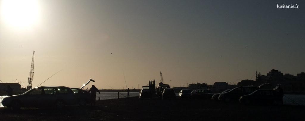 Pêcheurs à Figueira, au coucher du soleil