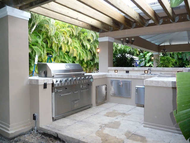 Outdoor kitchen pergola built in grill south florida for Outdoor kitchen layout ideas