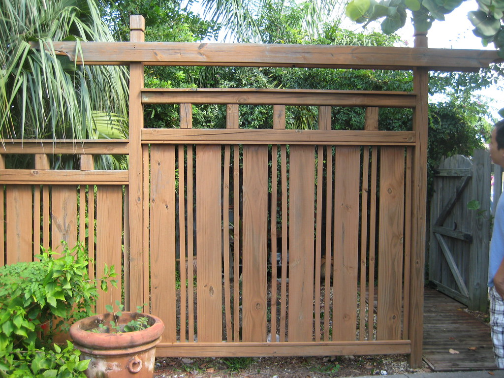 Japanese fence there 39 s a mini space behind this l c for Japanese gates pictures