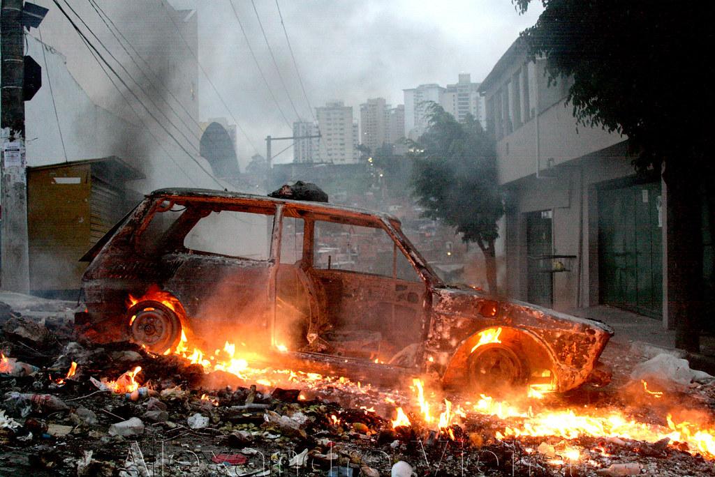 Comunidade da Favela Paraisópolis_Car incendiary by reside ...