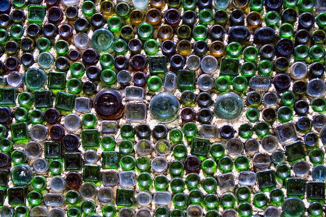 muro fatto di bottiglie di vetro