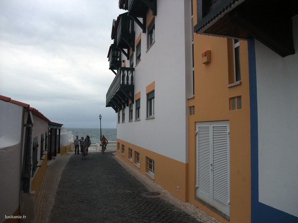 Murs aux couleurs vives, sur fond de mer