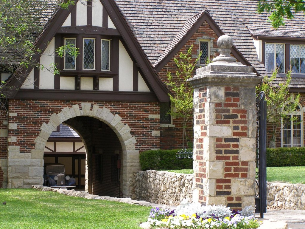 Porte cochere with a rolls royce fort worth texas for What is a porte cochere