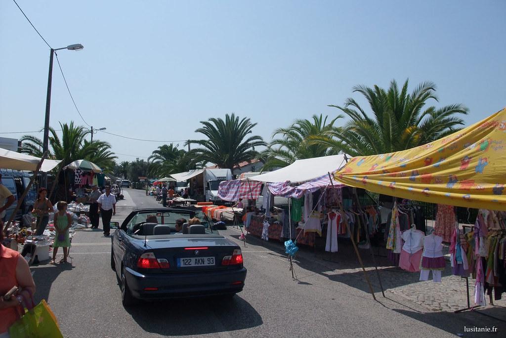 Voiture d'emigrantes, déambulant dans la très belle rue aux palmiers