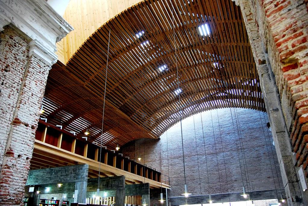 Uned escuelas p as biblioteca interior iglesia boveda nave for Biblioteca uned