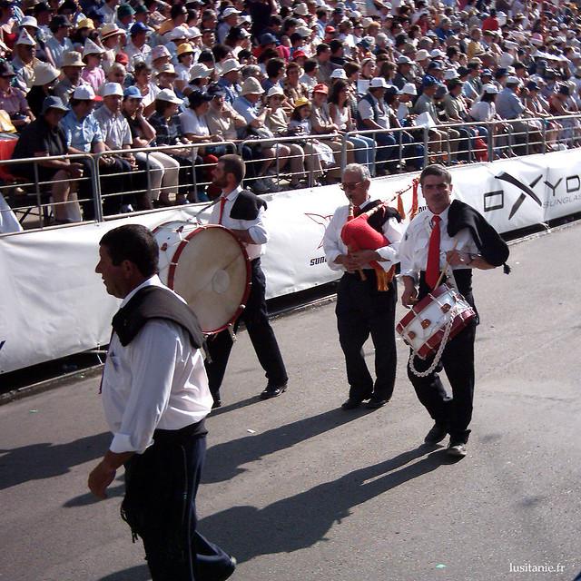 Les musiciens du Cortège, qui marquent le pas, au tambour ou à la cornemuse.