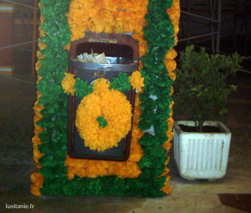 Fleurs aux poubelles publiques!