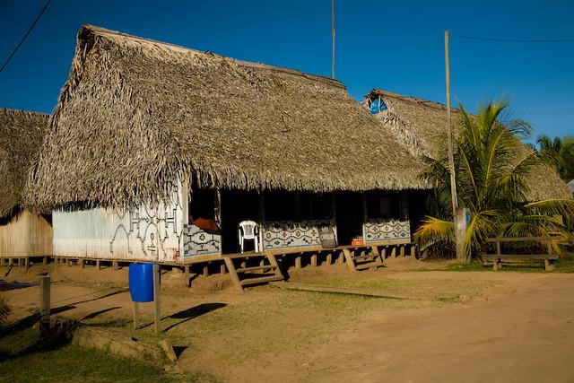 Maison typique avec les peintures shipibos communaut sh flickr - Maison vendeenne typique ...