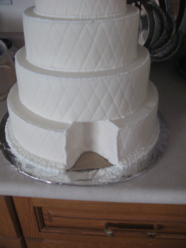 how to cut a three tier wedding cake criss cross wedding cake a of the bottom tier 15625