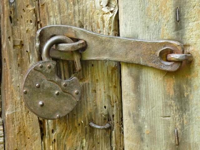 Un lucchetto aperto una porta chiusa e 39 un periodo che for Porta chiusa