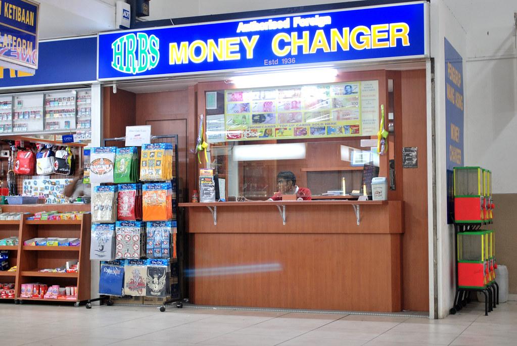 menukar uang di money changer sekitaran