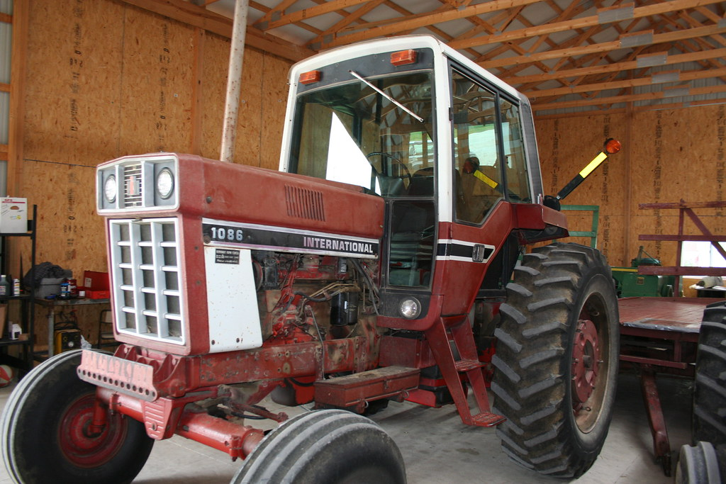1086 Ih Blac And White : Storage shed international harvester tractor flickr