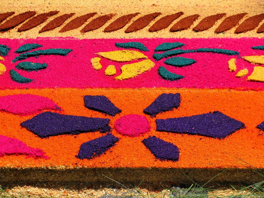 alfombra de aserr n y flores para la procesion de jes s na. Black Bedroom Furniture Sets. Home Design Ideas