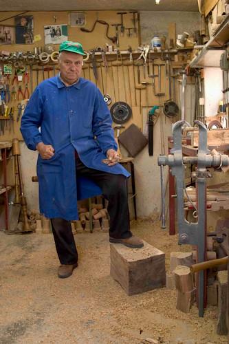 Luigi ricci 65 anni artigiano costruttore di zampogne for Costruttore di cianografiche