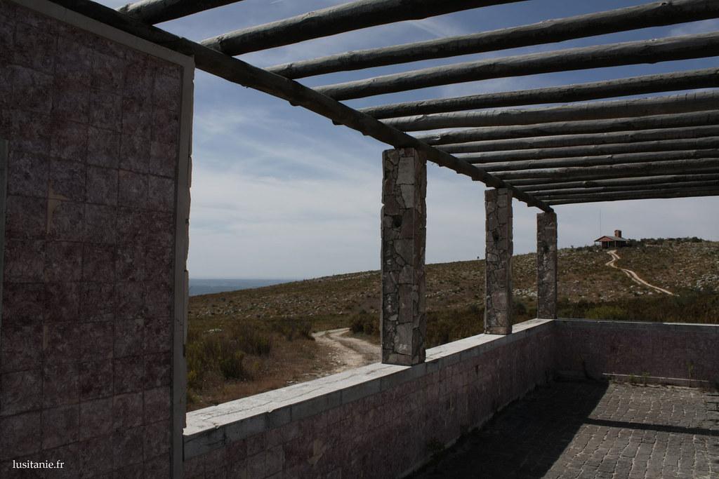 L'édifice à demi construit abandonné devait-il devenir une chapelle?