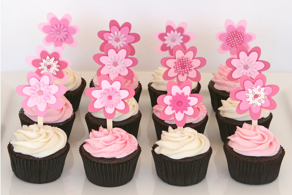 Baby shower cupcakes with flower toppers chocolate for Baby shower cupcake decoration