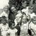 1955, Vitka, férjem nagyanyja unokákkal (8 a 13-ból)