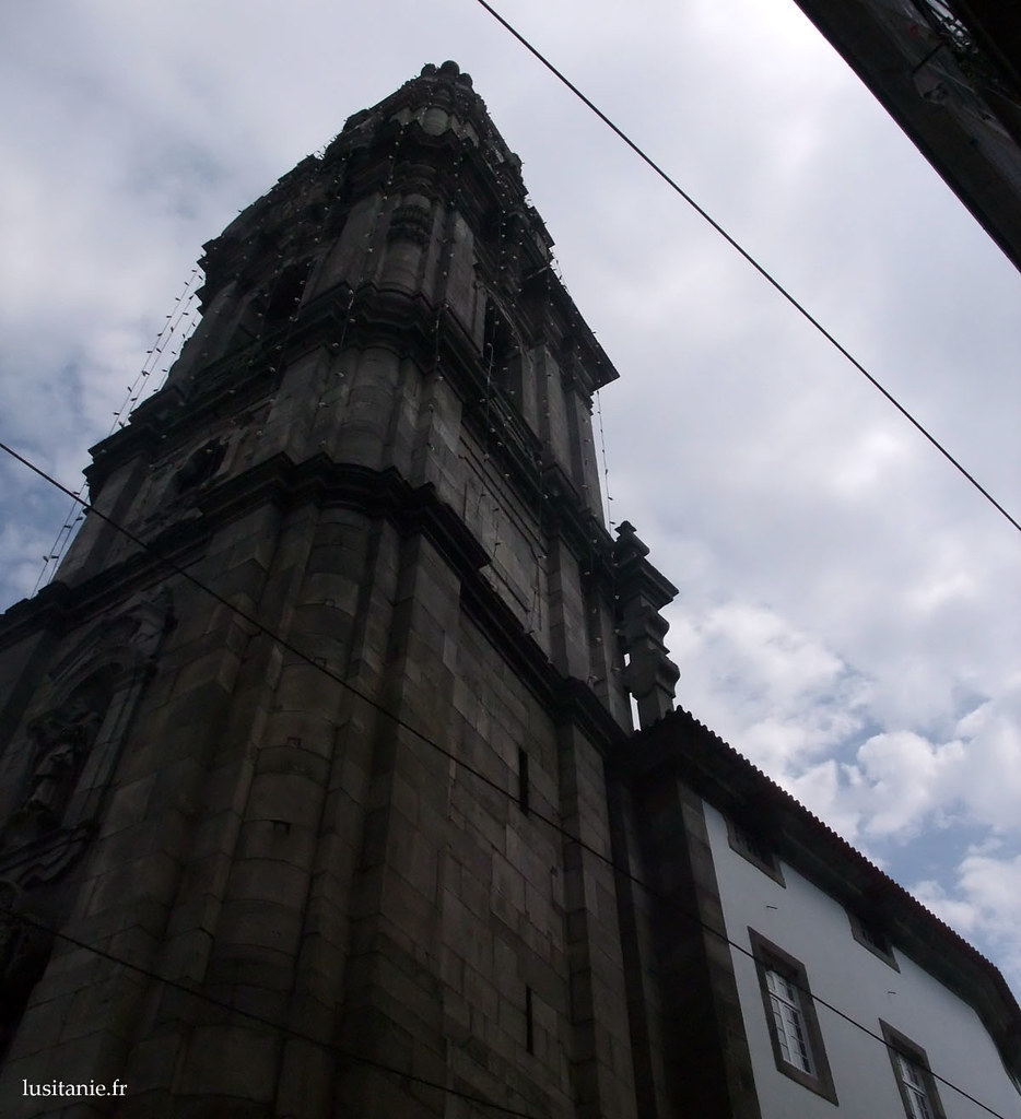Vue en contre plongée du clocher de 76 m